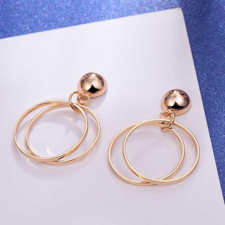 時尚簡約幾何圖形黏式耳環,桌上展示。