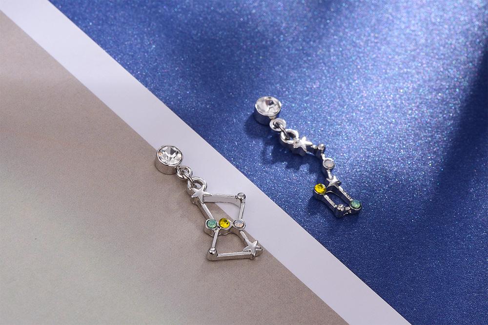 日系耀眼星群不對稱 耳針/黏式耳環,桌上展示。
