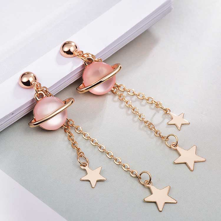 可愛炫彩宇宙星星 耳針/黏式耳環,桌上展示。