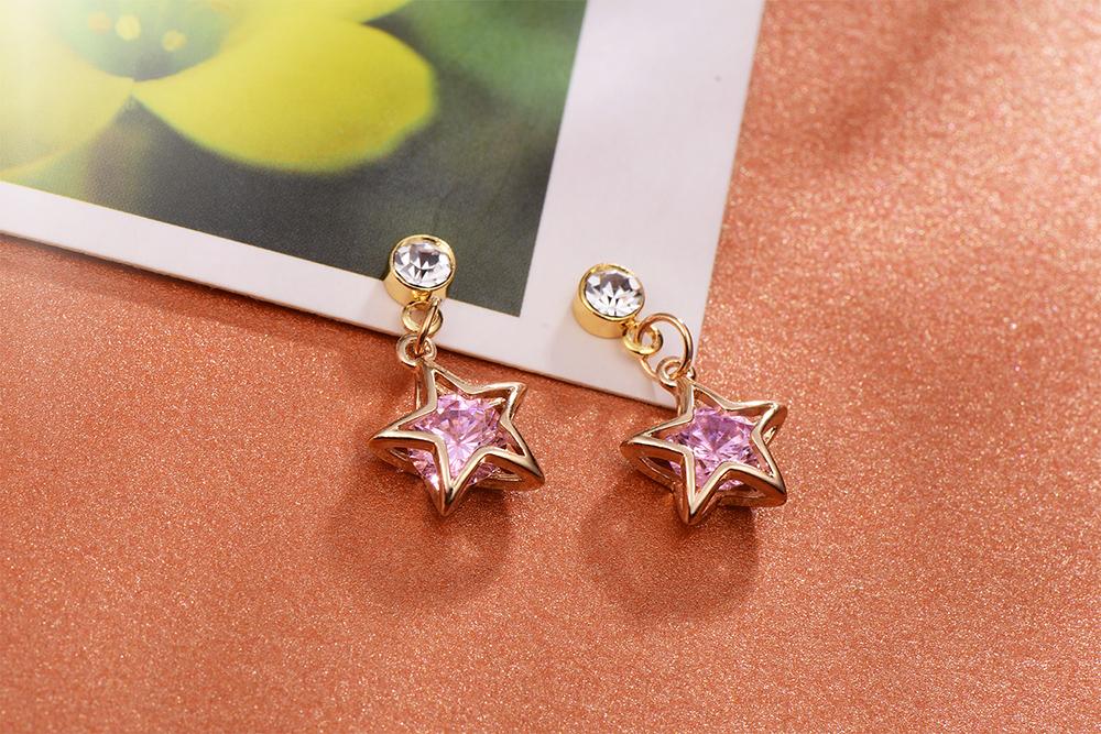 閃亮氣質鑽石星星 耳針/黏式耳環,桌上展示。