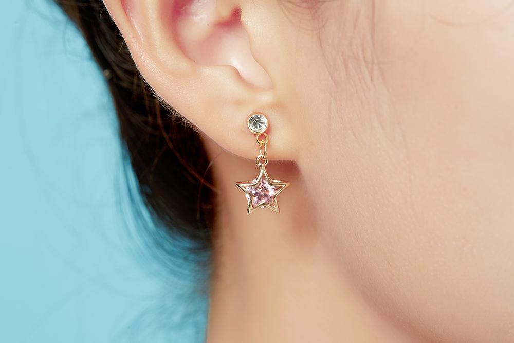 模特兒配戴展示:閃亮吸金的五角金星,粉紅耀眼的水鑽,吸睛耀眼,免穿耳洞的黏貼式設計,免除配戴耳夾/耳針的不適感,讓妳美美打扮輕鬆外出。