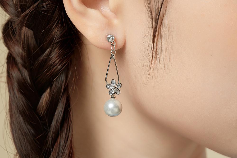 模特兒配戴展示:高質感合金打造的水滴造型,配上清新優雅的珍珠,展現出女性的成熟魅力,創新無耳洞黏貼式設計,免除長時間配戴耳夾/夾式耳環的不舒適感,讓您美的無負擔。