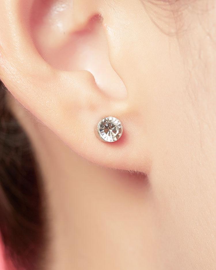 迷你精巧經典圓鑽 無耳洞黏貼式耳環 (5mm) 模特兒展示