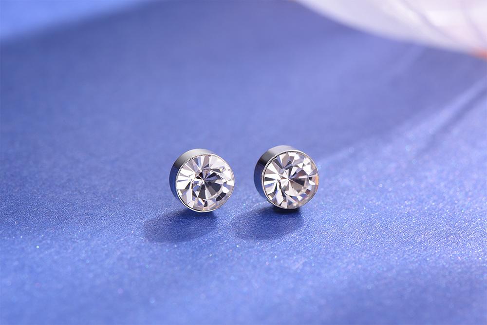 迷你精巧經典圓鑽黏式耳環 (5mm),桌上展示。