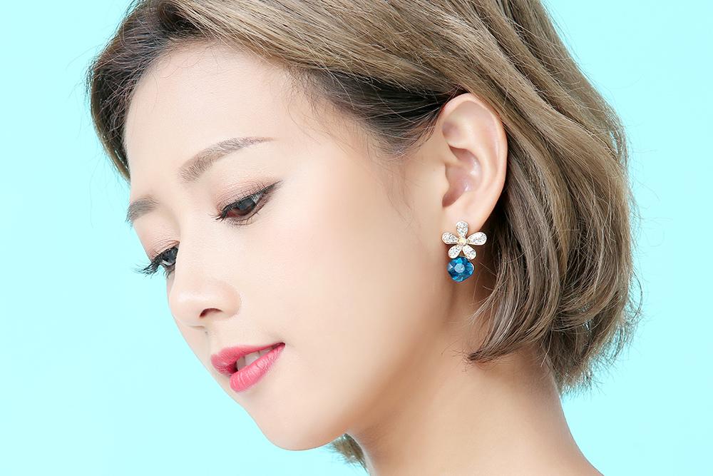 模特兒配戴展示:迷你小巧、經典別緻,質感白金打造,耀眼水鑽鑲嵌更添光彩,創新的貼式耳環設計讓您貼著就走。不用穿耳洞也可以免除長時間配戴耳夾/夾式耳環的不舒適感。