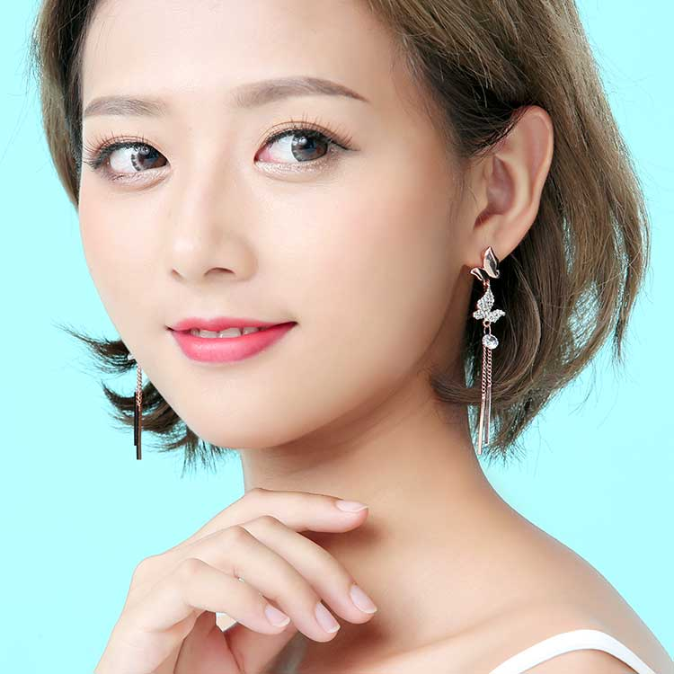 模特兒配戴展示:清新、時尚、優雅,甜美的蝴蝶流蘇,展現出不凡的女性魅力,創新無耳洞黏貼式設計,免除長時間配戴耳夾/夾式耳環的不舒適感,讓您美的無負擔。