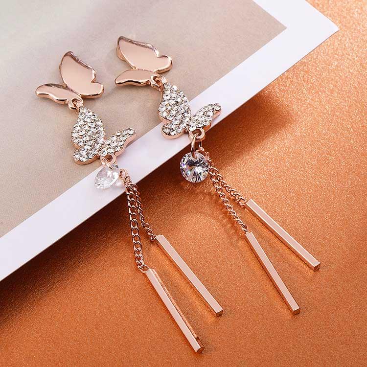 清新優雅蝴蝶流蘇 耳針/黏式耳環,桌上展示。