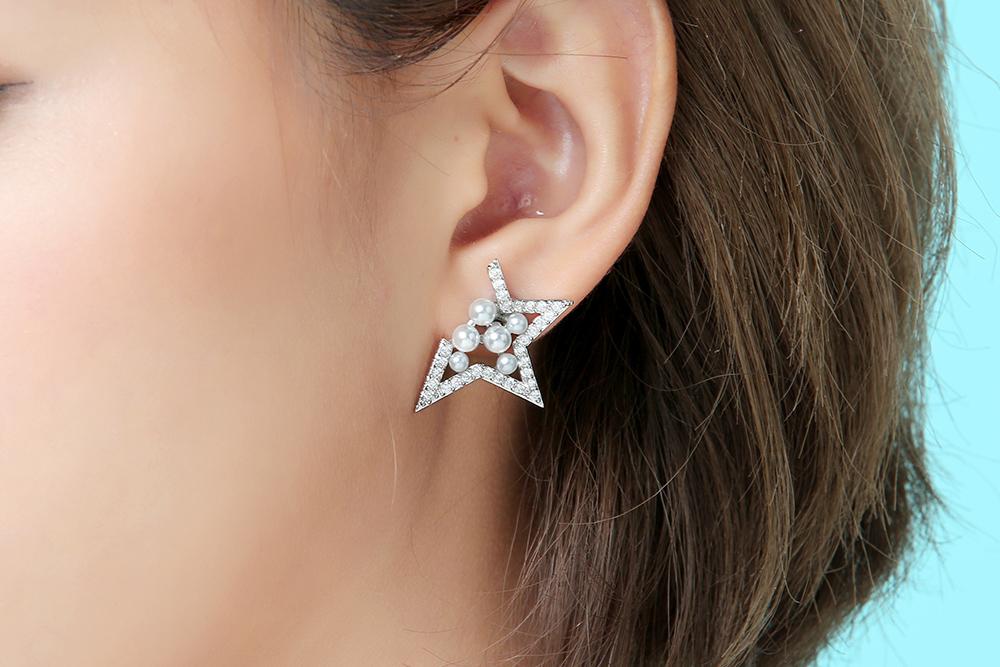 模特兒配戴展示:獨特有型,個性簍空幾何造型,潔白耀眼珍珠點綴您的耳側,展現出迷人的魅力,創新黏貼式耳環設計,免除穿/夾耳洞所造成的不適感,讓您美麗無負擔。