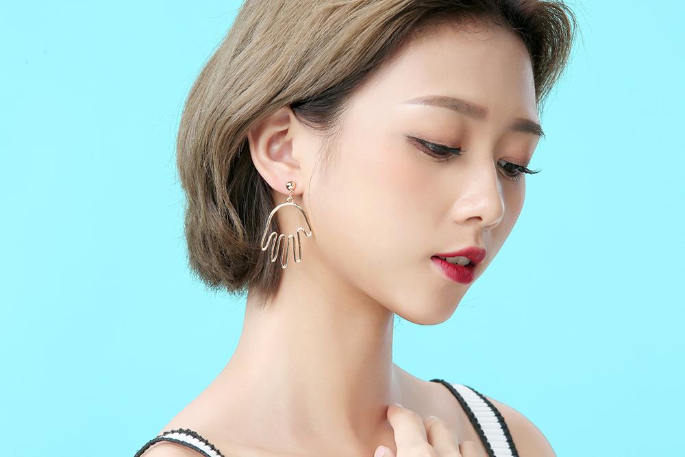 模特兒配戴展示:個性的鏤空手掌造型,質感合金打造,點亮您的耳側,獨家新式無耳洞黏貼式設計,免除長時間配戴耳夾/夾式耳環的不舒適感,讓您輕鬆打扮快樂出門。