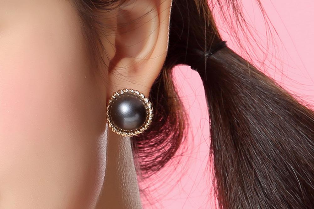 模特兒配戴展示:簡約時尚,灰色大珍珠與質感合金的結合,充滿著濃濃的復古氣息,創新無耳洞黏貼式耳環設計,採用醫療級用膠,減少皮膚的負擔,也免除長時間配戴耳夾/夾式耳環的不舒適感。