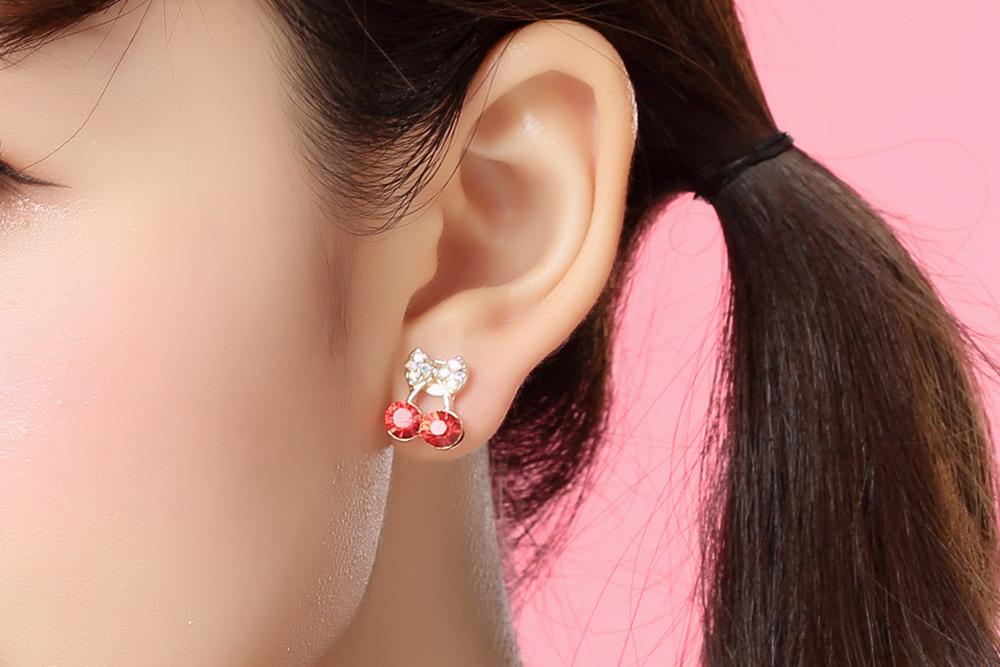 模特兒配戴展示:甜美可愛的櫻桃,搭配淺金色鑲鑽的蝴蝶結,時尚甜蜜,輕鬆無負擔的創新黏貼式耳環,不用穿耳洞也可以免除長時間配戴耳夾/夾式耳環的不舒服感。