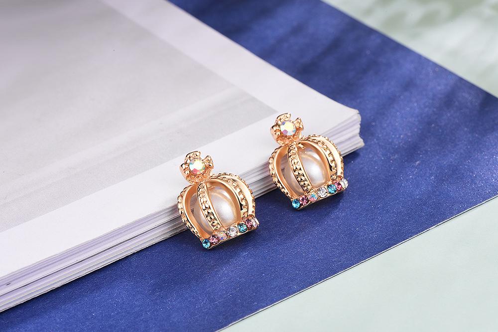耀眼彩色鑲鑽皇冠黏式耳環,桌上展示。