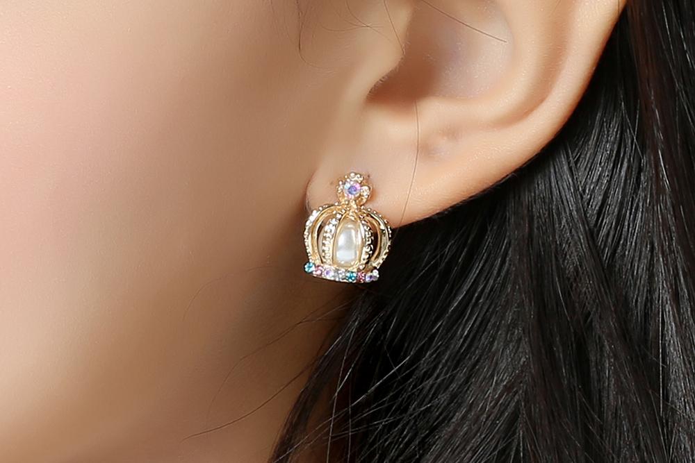 模特兒配戴展示:高級奢華的皇冠造型,時尚耀眼的彩色鑲鑽以及潔白的珍珠,點亮了你的耳側,散發出優雅的氣質,全新研發黏貼式設計,免除穿/夾耳洞所造成的不適感,讓您可愛無負擔。