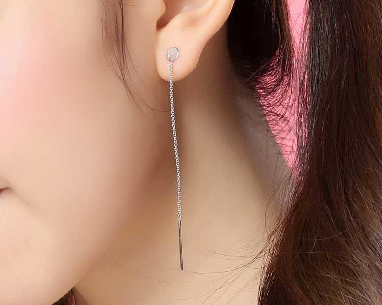 模特兒配戴展示:韓系新時尚,簡約有型的一字鏈條流蘇造型,配戴起來更加有氣質,創新無耳洞黏貼式耳環設計,採用醫療級用膠,減少皮膚的負擔,也免除長時間配戴耳夾/夾式耳環的不舒適感。