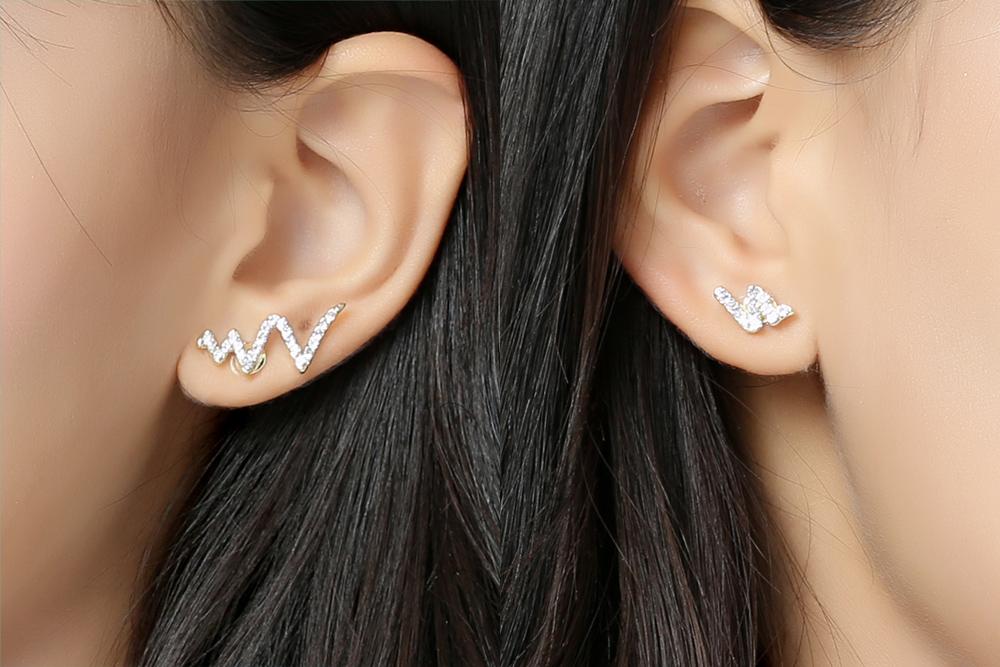 模特兒配戴展示:兩耳不對稱蛇形設計,耀眼的水鑽鑲嵌,時尚、個性、有型,無耳洞黏貼式設計,免除長時間配戴耳夾/夾式耳環的不舒適感。