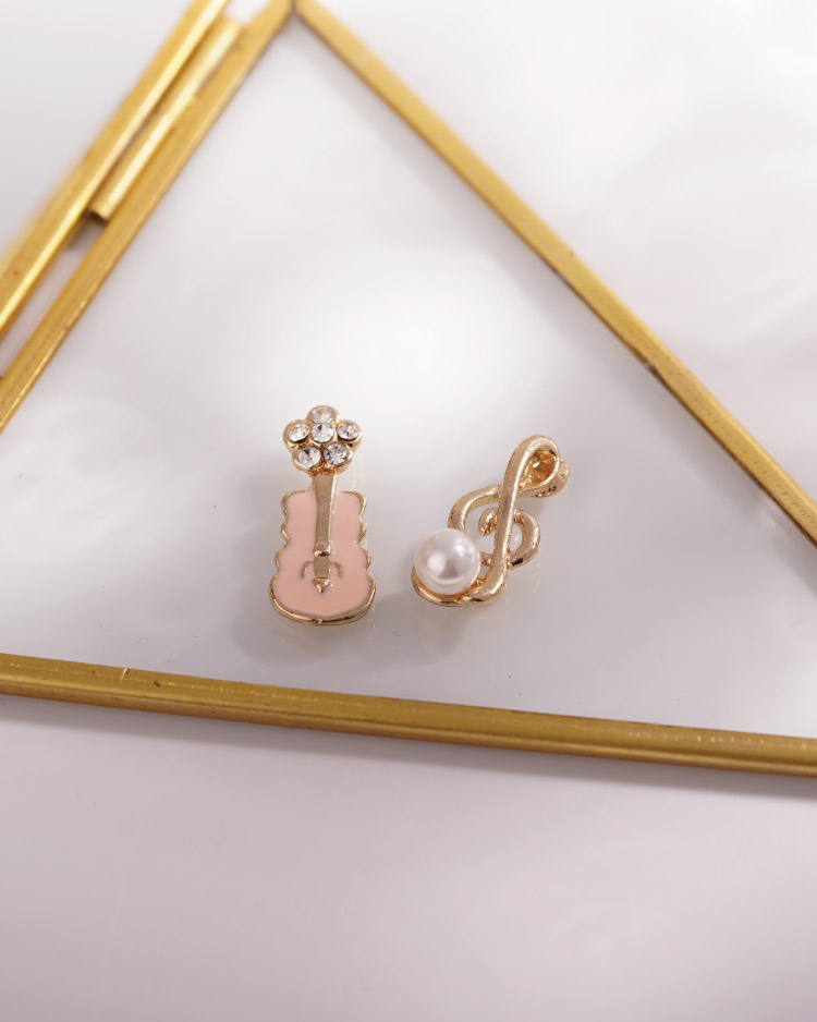 少女系珍珠音符小提琴不對稱 耳針/無耳洞黏貼式耳環 場景展示