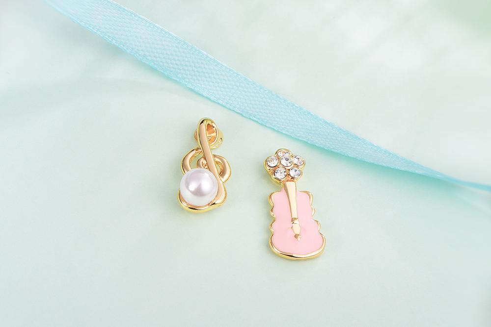 少女系珍珠音符小提琴不對稱黏式耳環,桌上展示。