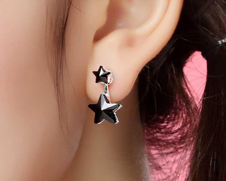 模特兒配戴展示:新穎五角雙星設計,搭配上神秘深邃的黑色水晶,配戴起來更加優雅,時尚、大方,免穿耳洞的黏貼式設計,免除配戴耳夾/耳針的不適感,讓妳美美打扮輕鬆外出。