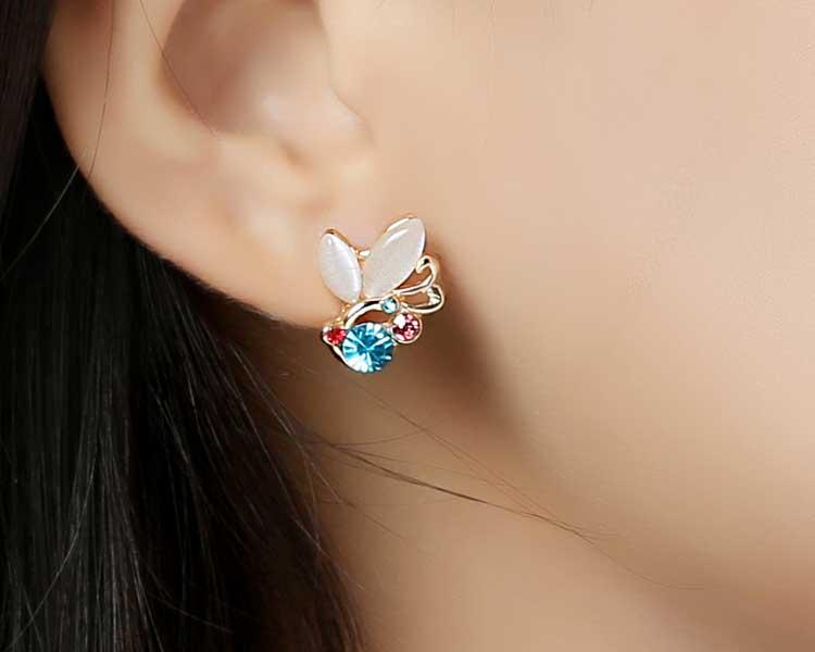 模特兒配戴展示:時尚氣質的蝴蝶造型,質感貓眼石及多彩水鑽鑲嵌,繽紛絢麗,創新的貼式耳環設計讓您貼著就走。不用穿耳洞也可以免除長時間配戴耳夾/夾式耳環的不舒適感。