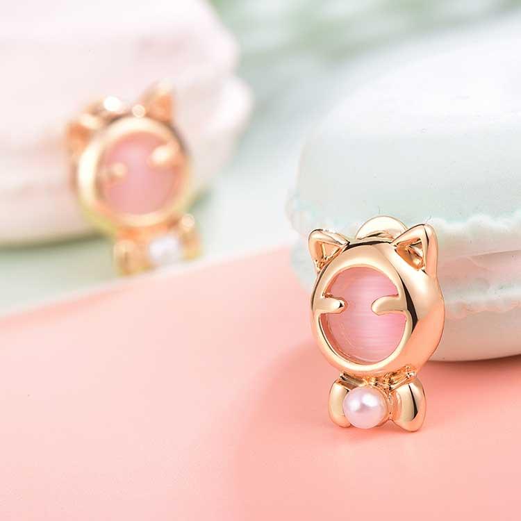 療癒系貓耳珍珠黏式耳環,桌上展示。