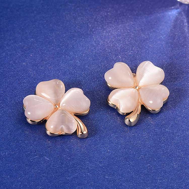 幸運四葉草貓眼石 耳針/黏式耳環,桌上展示。