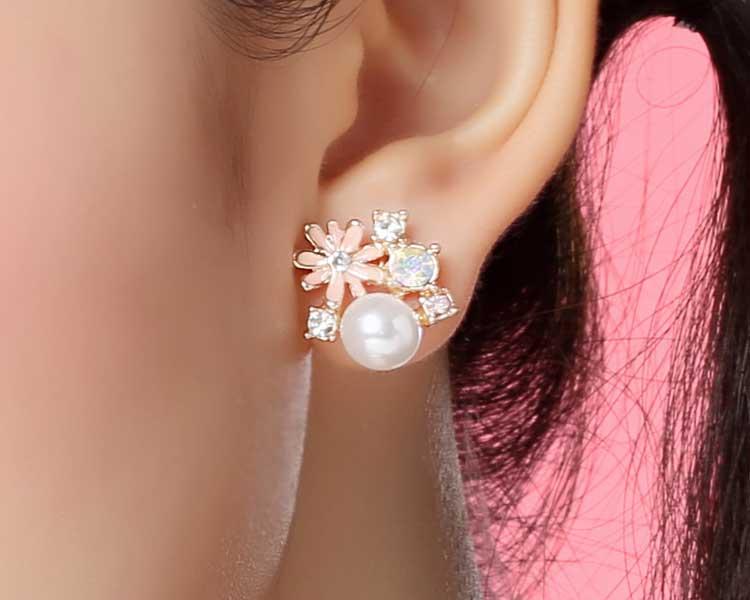 模特兒配戴展示:清新脫俗、滿滿春天氣息的雛菊花朵,搭配上潔白珍珠的點綴,更加優雅,創新的貼式耳環設計讓您貼著就走。不用穿耳洞也可以免除長時間配戴耳夾/夾式耳環的不舒適感。