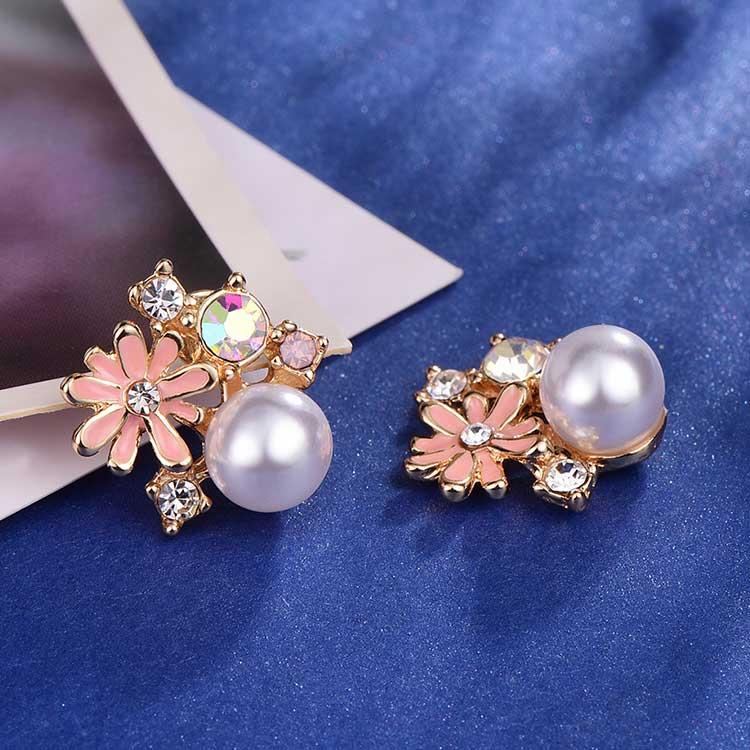 珍珠雛菊鑲鑽黏式耳環,桌上展示。