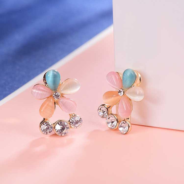 多彩復古貓眼石花朵黏式耳環,桌上展示。