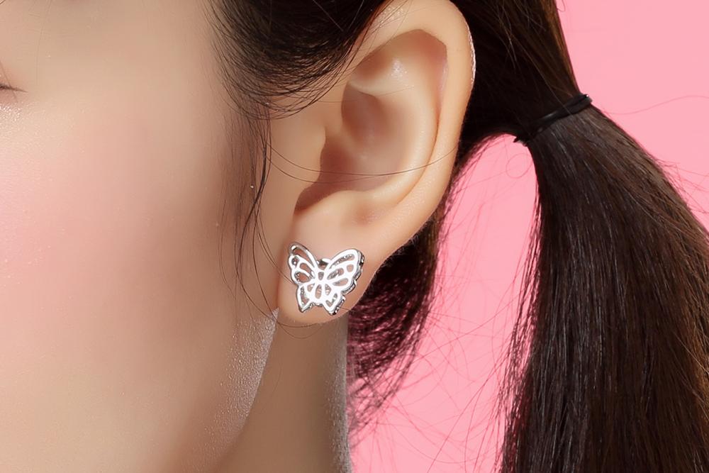 模特兒配戴展示:精緻合金打造,立體雙層簍空設計,讓優雅的蝴蝶更加生動,創新黏貼式耳環設計,免除穿/夾耳洞所造成的不適感,讓您美麗無負擔。
