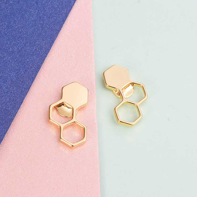 時尚幾何設計蜂巢黏式耳環,桌上展示。