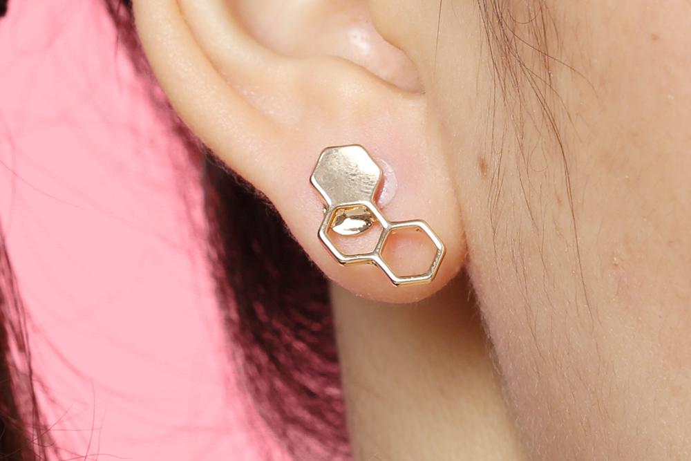 模特兒配戴展示:金色新潮蜂巢幾何設計,迷你精緻、簡潔有型,創新無耳洞黏貼式耳環設計,採用醫療級用膠,減少皮膚的負擔,也免除長時間配戴耳夾/夾式耳環的不舒適感。