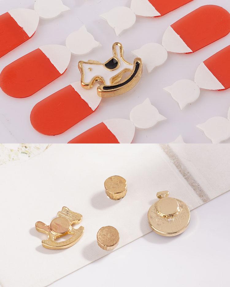 童趣鬧鐘木馬水鑽不對稱 無耳洞黏貼式耳環 細節展示