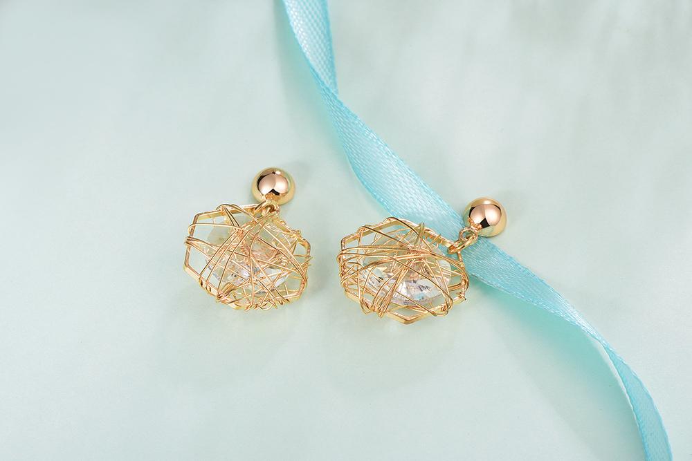 無耳洞黏貼式耳環 ,簍空六角型,採用質感五金打造,纏繞的閃亮水鑽,時尚又個性,獨家新式無耳洞黏貼式設計