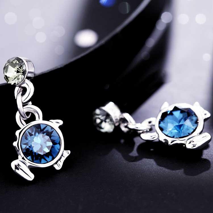 璀璨十二星座水晶黏式耳環,桌上展示。
