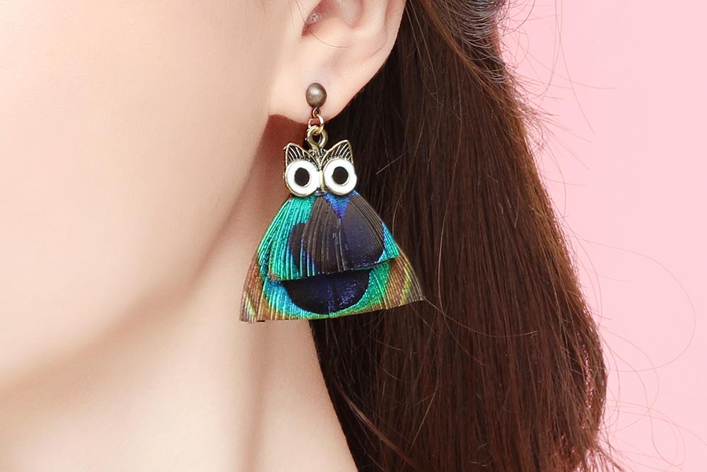 模特兒配戴展示:時尚中帶有點復古的感覺,充滿著濃濃的歐美風格,彩色羽毛設計,個性有型,輕鬆零負擔的創新黏貼式耳環設計,絕對是您的最佳首選。不用穿耳洞也可以免除長時間配戴耳夾/夾式耳環的不舒適感。