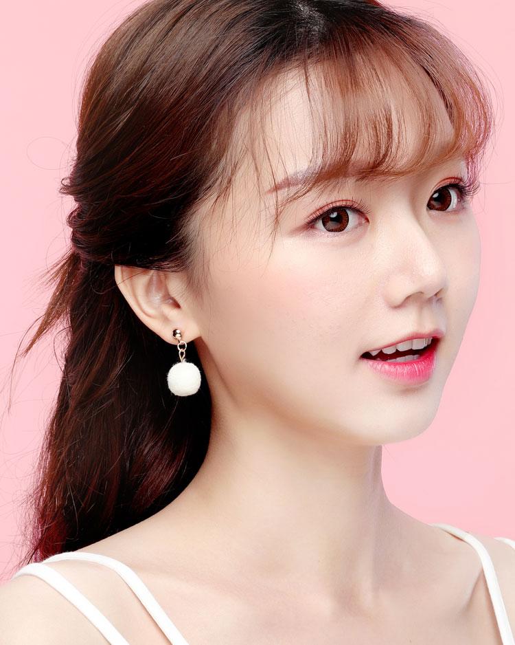 時尚純色毛球 無耳洞黏貼式耳環 模特兒展示