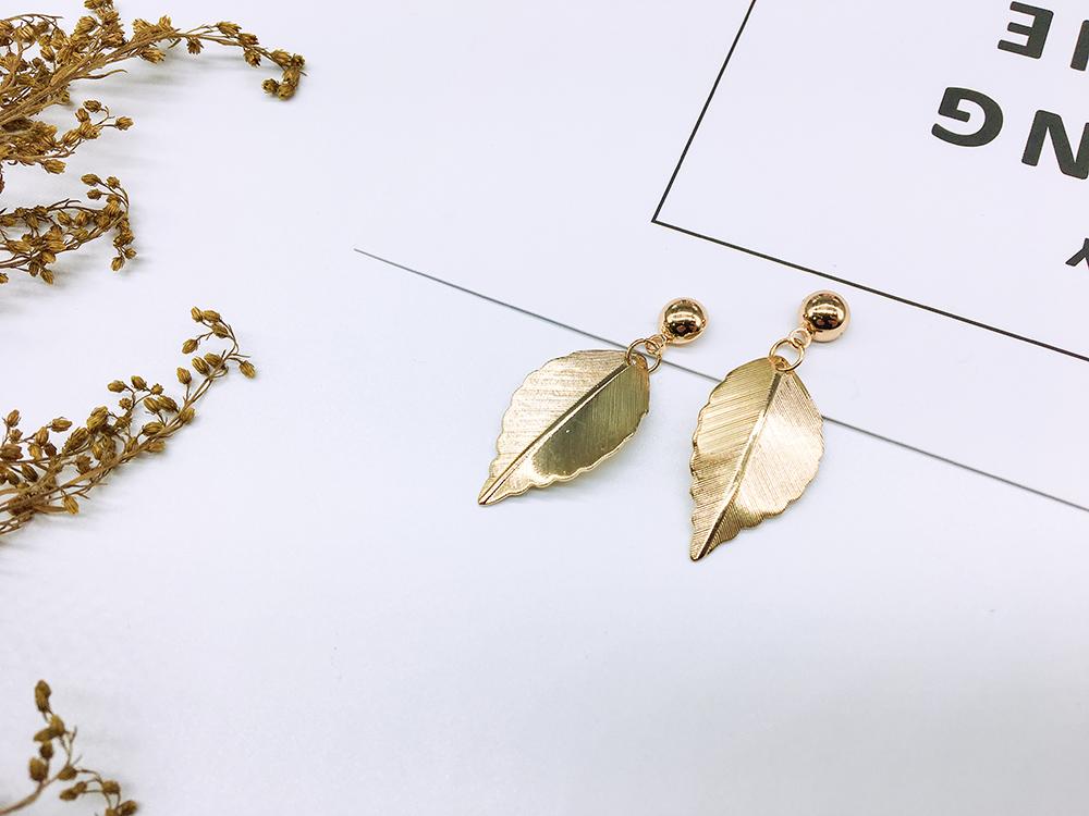 清新唯美森林系小樹葉黏式耳環,桌上展示。