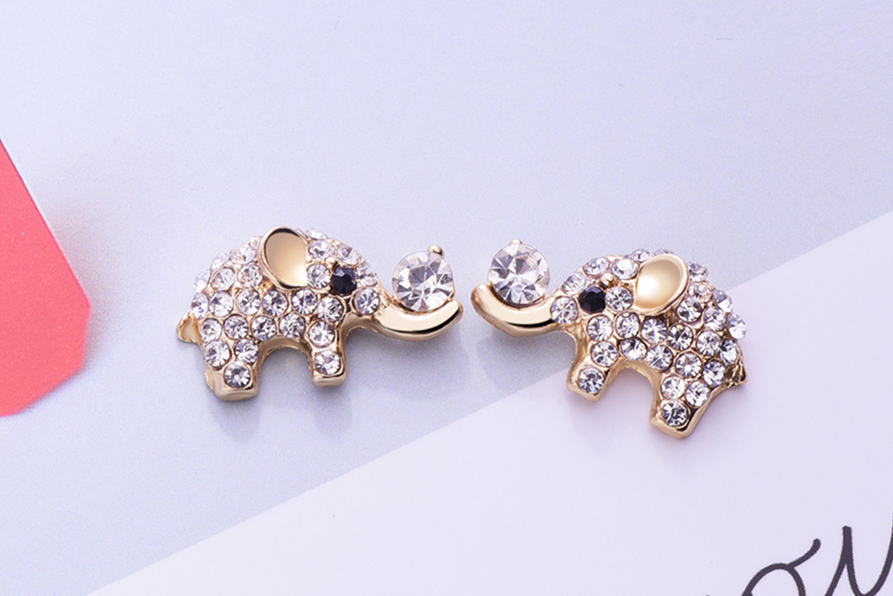 萌趣可愛閃耀滿鑽小象黏式耳環,桌上展示。