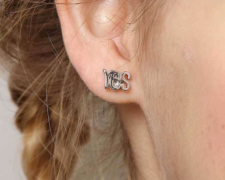 模特兒配戴展示:個性英文字母造型,YES 跟 NO的不對稱組合,時尚有形,輕鬆無負擔的創新黏貼式耳環,不用穿耳洞也可以免除長時間配戴耳夾/夾式耳環的不舒服感。