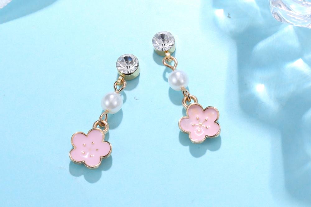 浪漫唯美粉嫩櫻花 耳針/黏式耳環,桌上展示。