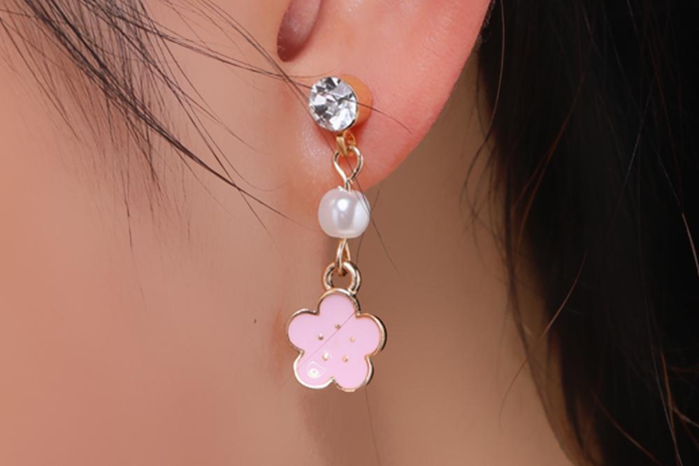 模特兒配戴展示:滿滿浪漫氛圍的櫻花造型,散發出甜美迷人的氣質,創新的黏貼式耳環,不必擔心長時間配戴耳夾的不舒服感。