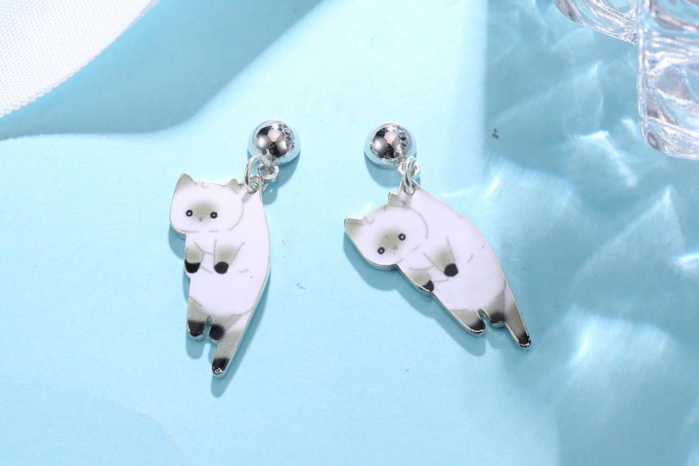 俏皮呆萌黑白小貓咪 耳針/黏式耳環,桌上展示。