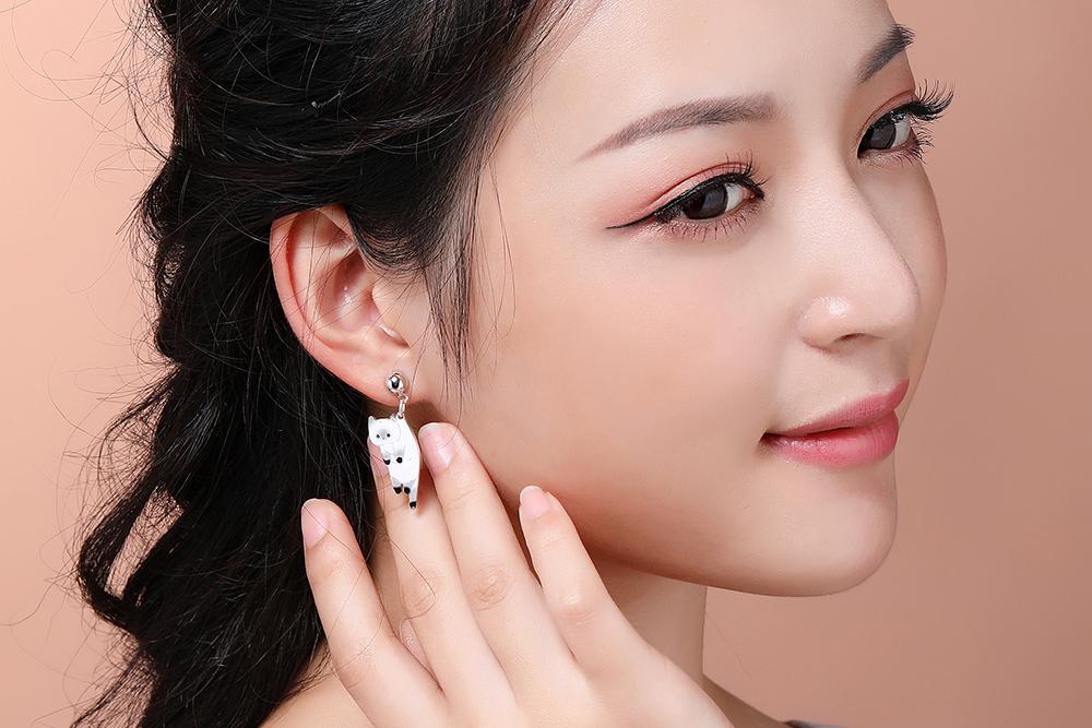 模特兒配戴展示:可愛俏皮的小喵喵,呆萌的感覺讓人愛不釋手,,免穿耳洞的黏貼式設計,免除配戴耳夾/耳針的不適感,讓妳美美打扮輕鬆外出。