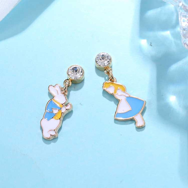 愛麗絲與白兔先生不對稱黏式耳環,桌上展示。
