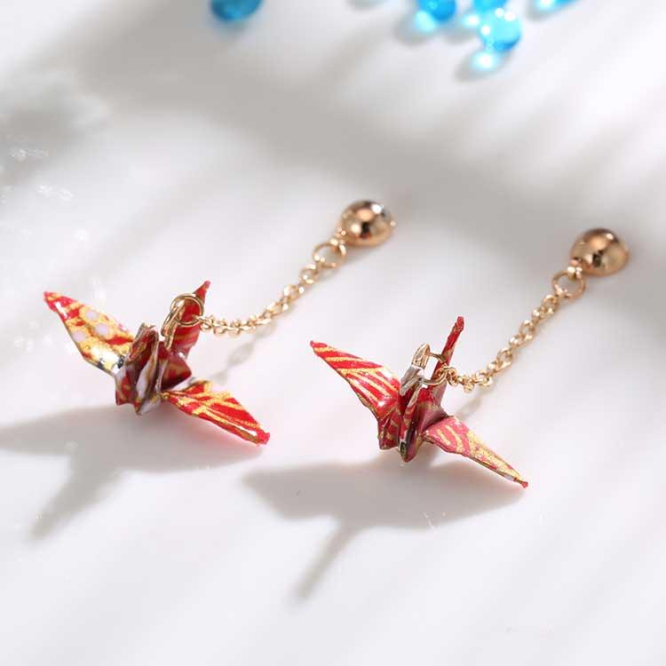 日系和風千紙鶴黏式耳環,桌上展示。