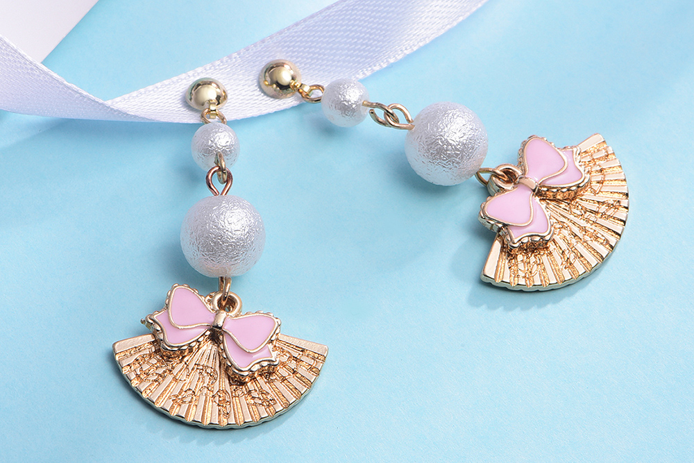 日系少女蝴蝶結扇子 耳針/黏式耳環,桌上展示。