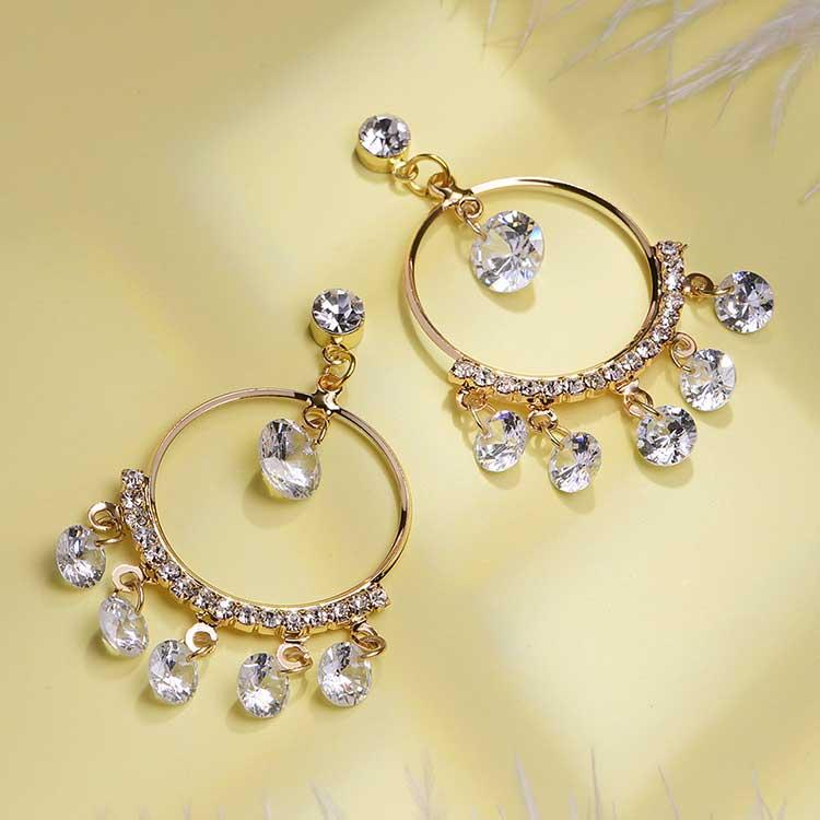 韓版氣質金屬圓環鑲鑽 耳針/黏式耳環,桌上展示。