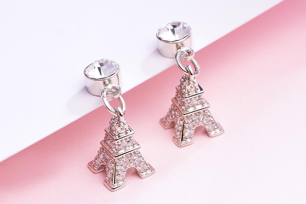 立體閃耀鑲鑽鐵塔黏式耳環,桌上展示。