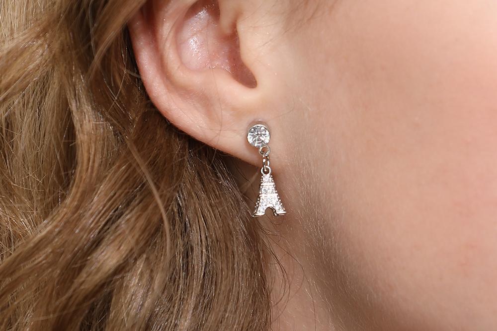 模特兒配戴展示:立體時尚有型,耀眼鑲鑽鐵塔,動感迷人,獨家開發無耳洞黏貼式設計輕鬆使用無負擔,免除長時間配戴耳夾/夾式耳環的不舒適感。
