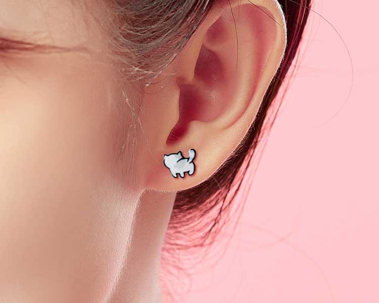 模特兒配戴展示:輕盈小巧的熱縮片打造而成,萌趣可愛的小貓造型,點綴您的耳側,帶來青春活力的氣息,免穿耳洞的黏貼式設計,免除配戴耳夾/耳針的不適感,讓妳美美打扮輕鬆外出。